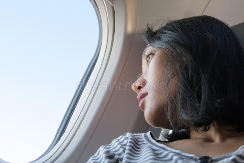 Un vuelo de la mujer joven en avión fotografía de archivo libre de regalías
