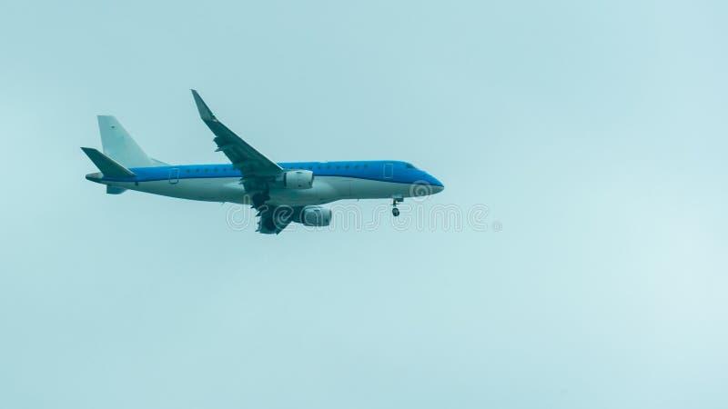 Un vuelo plano azul y preparación aterrizar, con el tren de aterrizaje abierto foto de archivo libre de regalías