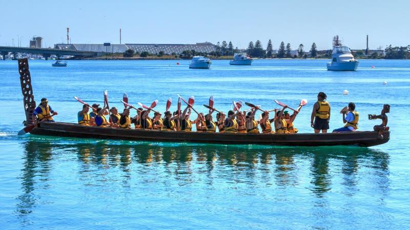 Un waka maorí, una canoa ceremonial grande, en el puerto fotografía de archivo libre de regalías