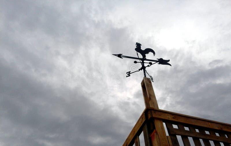 Un weathervane formé par coq photos stock