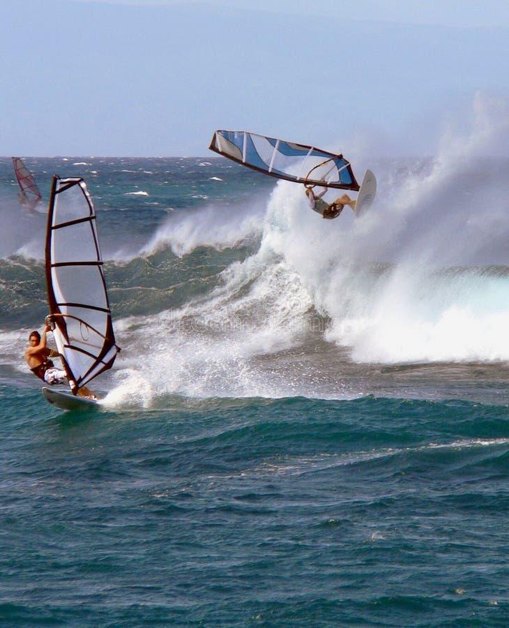 Un windsurfer in grandi onde fotografie stock libere da diritti