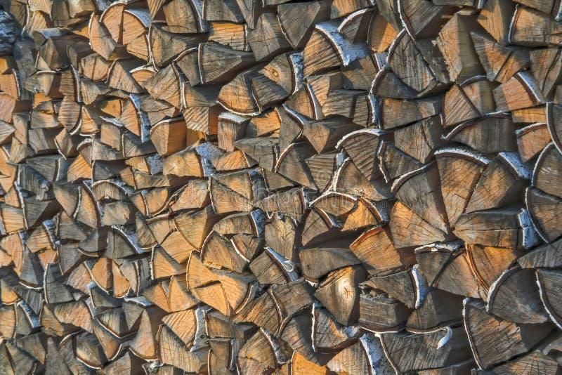 Un woodpile de la madera de abedul seca en el patio trasero del primer de la casa Le?a de la pila preparada para la chimenea fotos de archivo libres de regalías