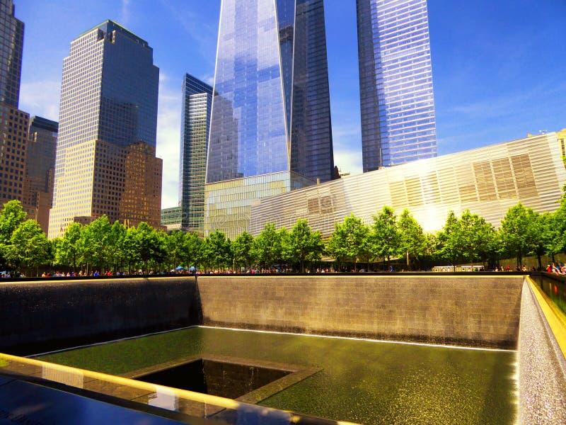 Un World Trade Center adyacente a la piscina del norte del monumento nacional del 11 de septiembre fotos de archivo