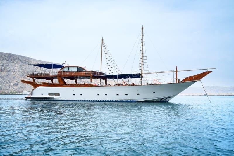 Un yacht bianco elegante nel mare Mare, cielo e montagne blu Svago e turismo Il concetto di rilassamento lusso immagini stock