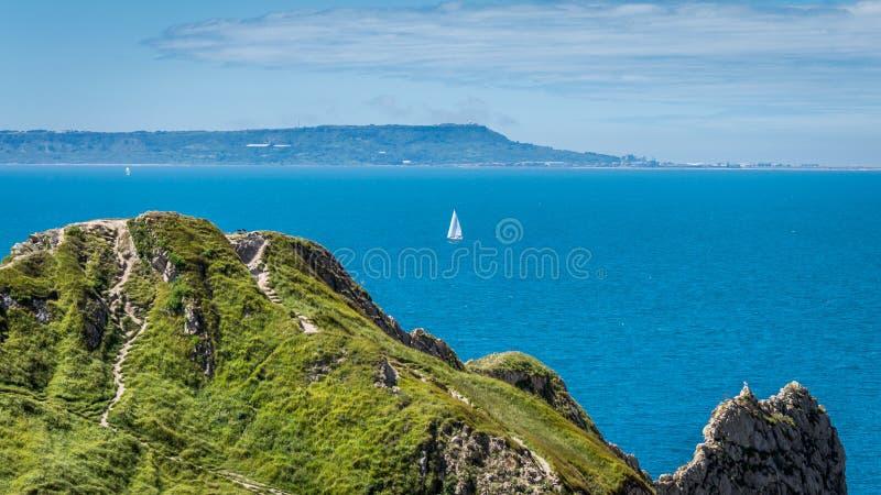 Un yacht de falaise à la porte de durdle, Dorset, côte jurassique, Angleterre images stock