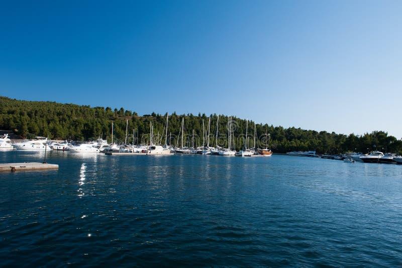 Un yacht de luxe au club de yacht dans le port photo libre de droits