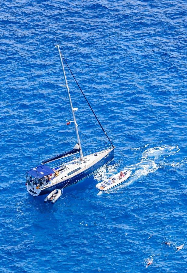 Un yacht de mer outre de la côte de l'île de Capri image stock