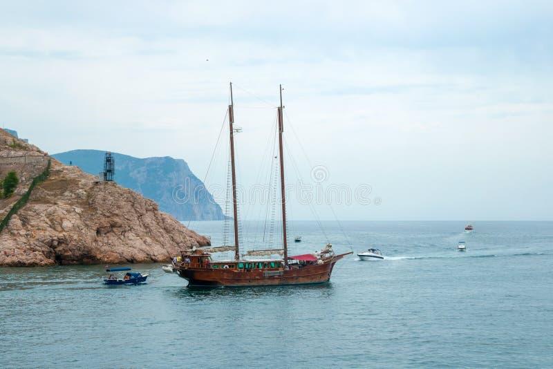 Un yacht de plaisir est dans la baie avec leurs voiles photo stock