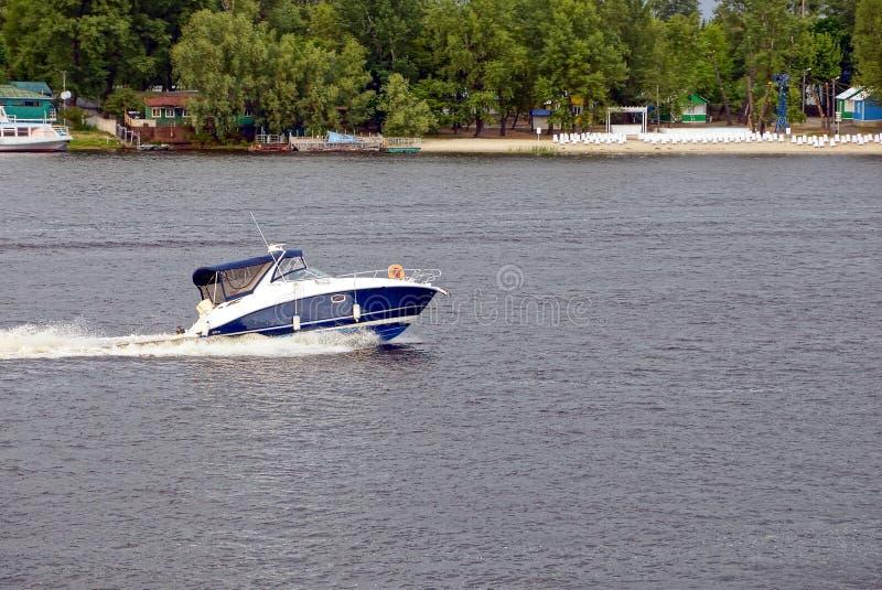 Un yacht di escursione nuota per scolarsi il fiume con la costa fotografia stock