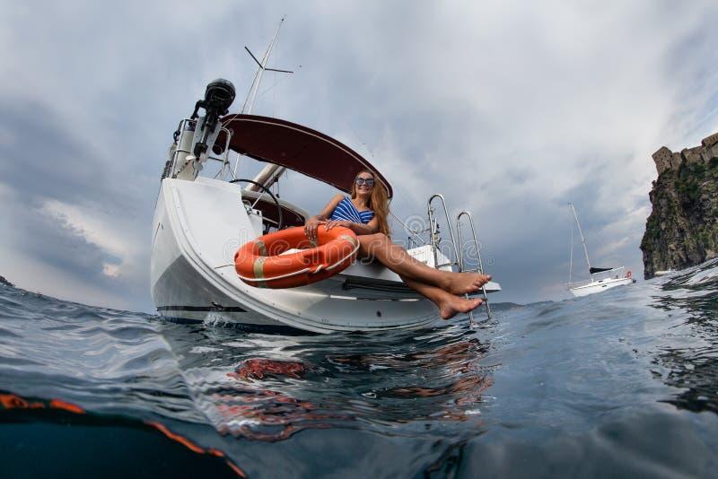 Un yacht di navigazione immagini stock