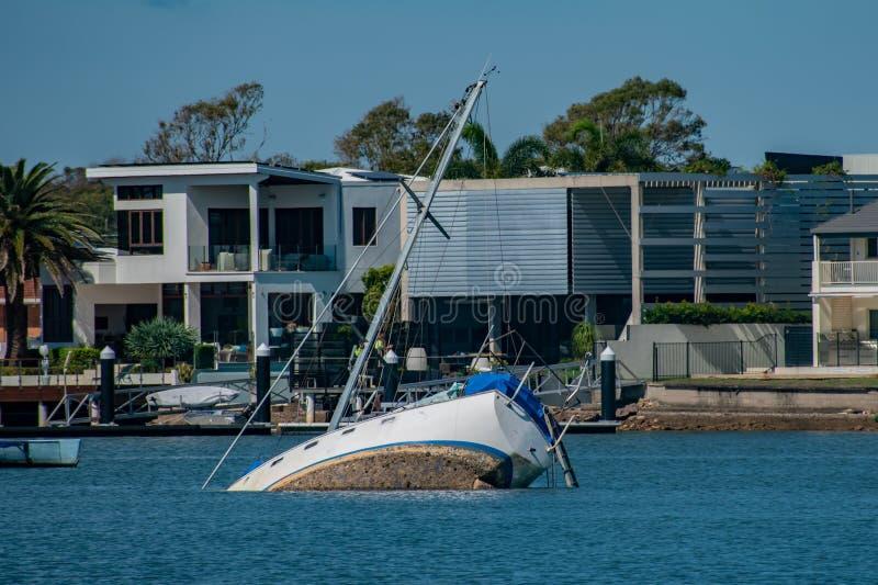 Un yacht in Mooloolaba ha sofferto durante la tempesta e parzialmente affondato fotografie stock libere da diritti