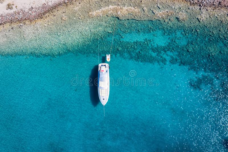 Un yate de motor de lujo anclado en el Mar Egeo, Grecia imagenes de archivo
