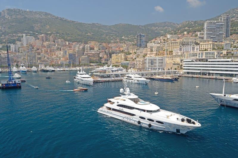 Un yate que sale del puerto, Mónaco, Tom Wurl imágenes de archivo libres de regalías