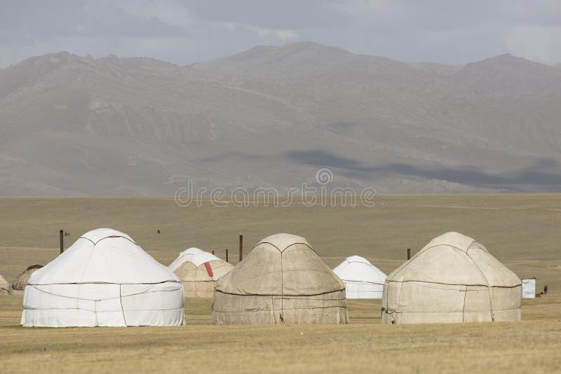 Un yurt que establece en las montañas de Tian Shan acerca al lago Kul de la canción imágenes de archivo libres de regalías