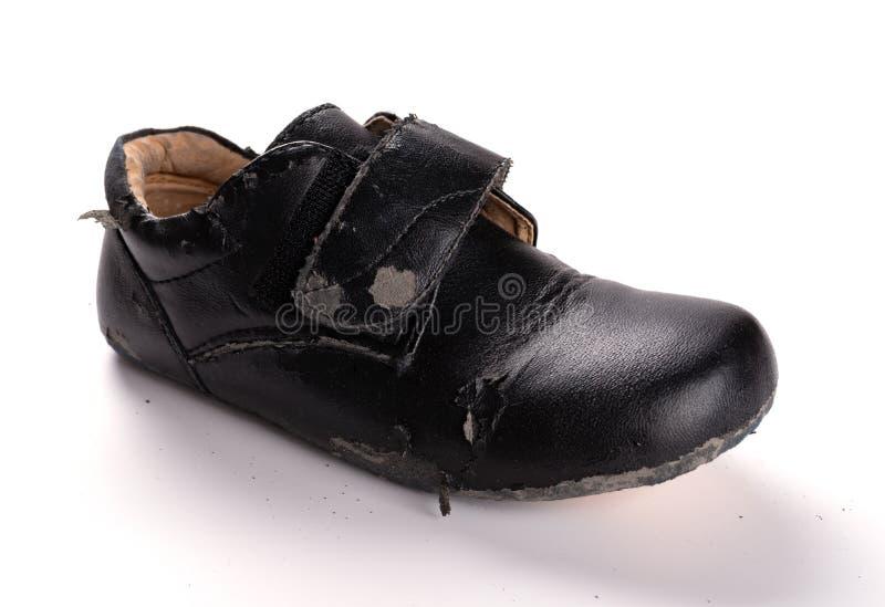 Un zapato de cuero gravemente quebrado en blanco imágenes de archivo libres de regalías