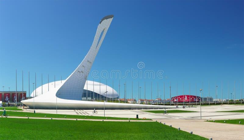 Una área extensa cerca del cuenco de la llama olímpica en el parque olímpico en un día de verano soleado imagen de archivo