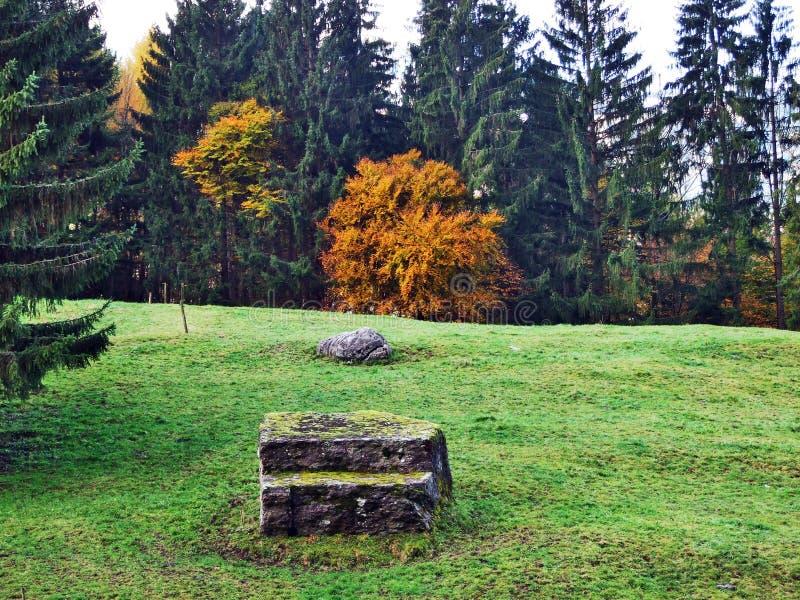 Una última atmósfera del otoño en pastos y granjas en el valle del río de Seez y en la meseta de la montaña de Malun imagenes de archivo