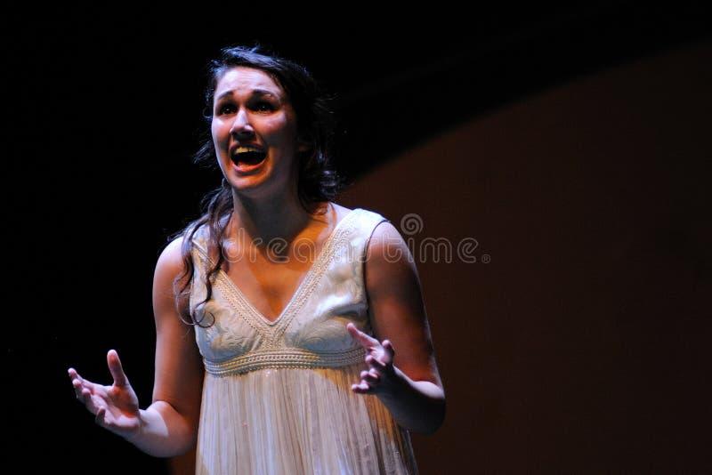 Una actriz del instituto del teatro de Barcelona, gritos en la comedia Shakespeare para los ejecutivos fotografía de archivo