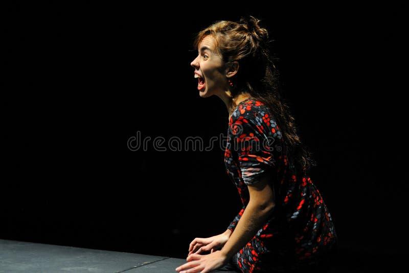 Una actriz enojada del instituto del teatro de Barcelona, hace queja en la comedia Shakespeare para los ejecutivos imágenes de archivo libres de regalías