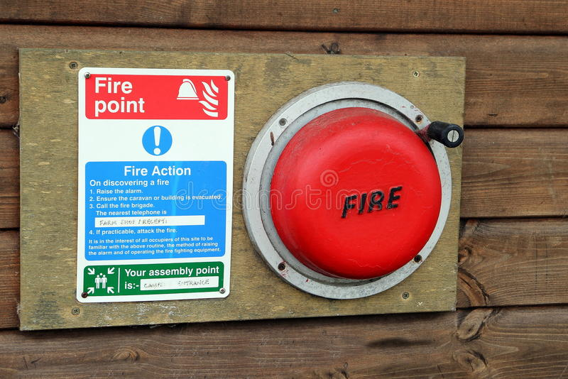 Una alarma de incendio del sitio para acampar e instrucciones de la evacuación foto de archivo