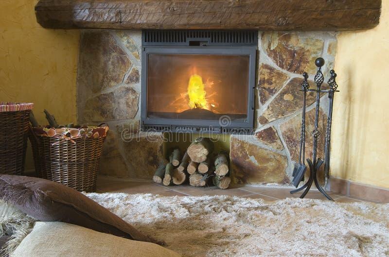 Una alfombra agradable por la chimenea. fotografía de archivo libre de regalías