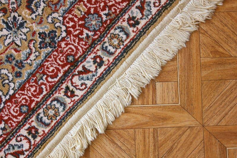 Una alfombra hermosa en el piso fotos de archivo