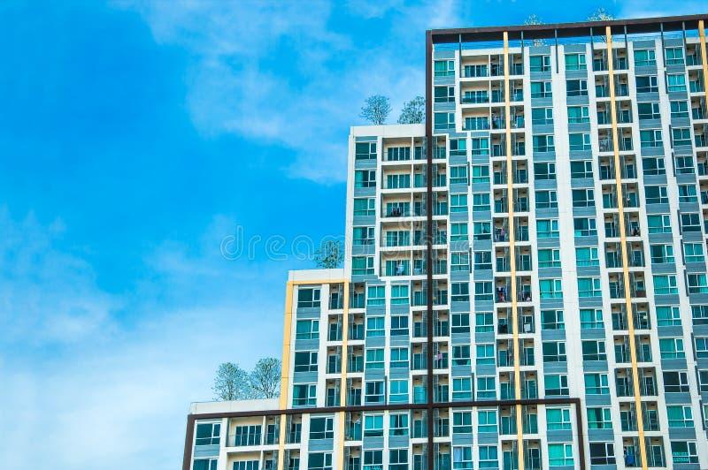 Una alta torre del condominio de la subida imagenes de archivo