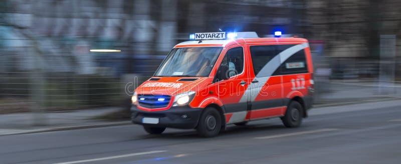 Una ambulancia alemana que apresura fotos de archivo