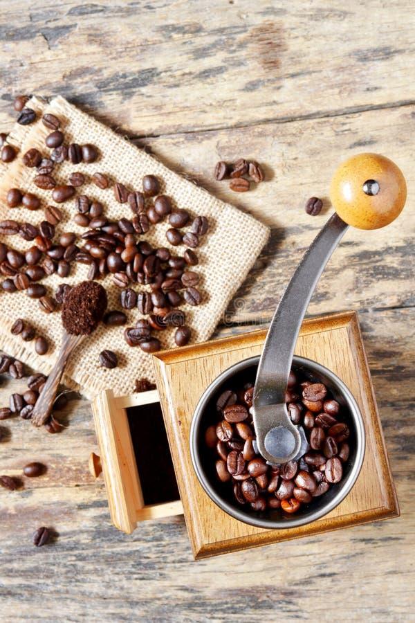 Una amoladora de café y amoladora de café asada imagen de archivo libre de regalías