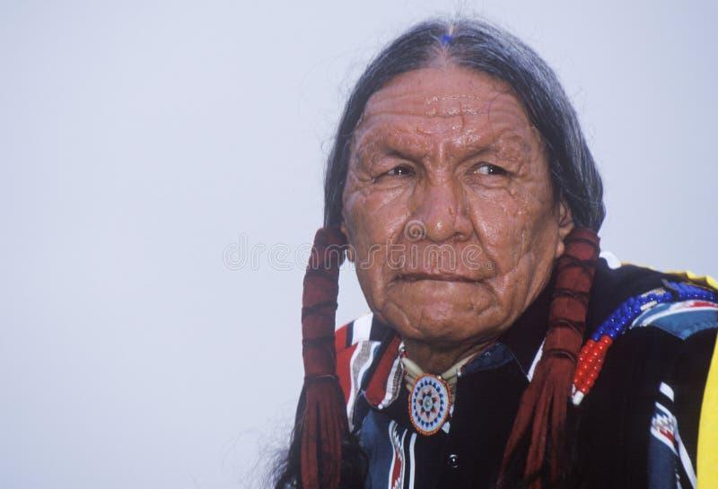Una anciano cherokee del nativo americano en un Powwow entre tribus, Ojai, CA fotos de archivo
