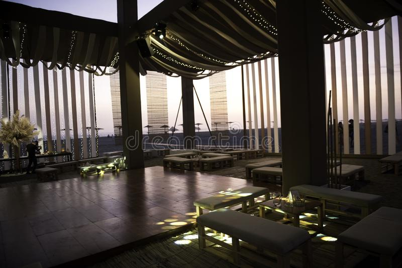 Una atmósfera de la recepción en una playa en la puesta del sol imagen de archivo libre de regalías