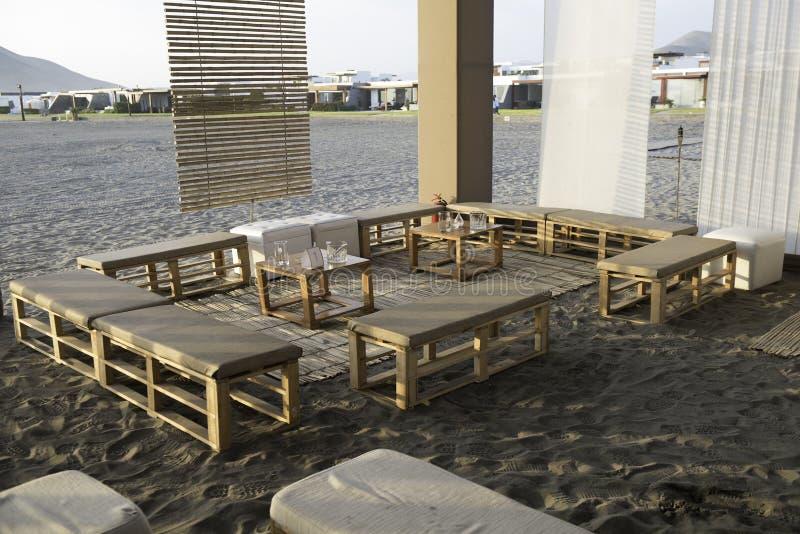 Una atmósfera de la recepción en una playa en la puesta del sol imagenes de archivo