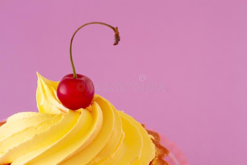Una bacca matura luminosa della ciliegia sulla cima di un dolce delizioso immagini stock