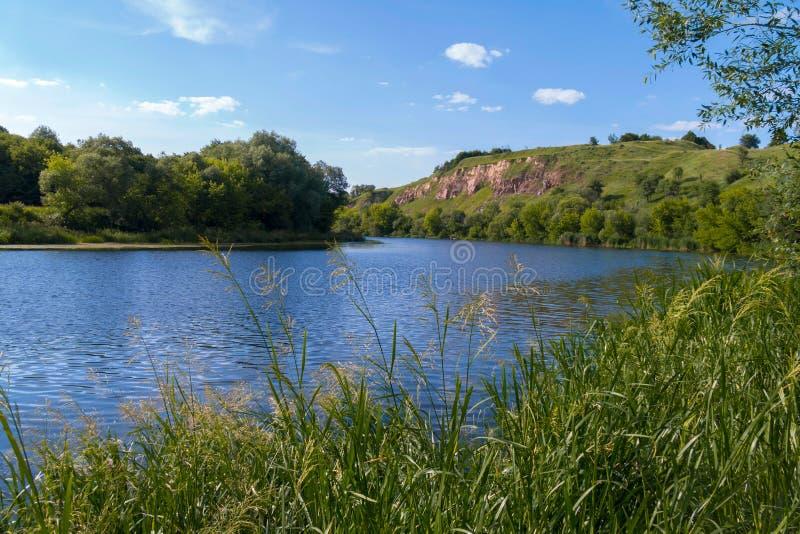 Una bahía hermosa grande del río en el fondo de una montaña rocosa verde fotos de archivo libres de regalías