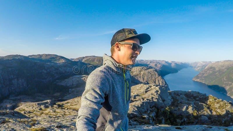 Una baia che prende un selfie con la vista del fiordo nei precedenti Roccia stupefacente fotografia stock