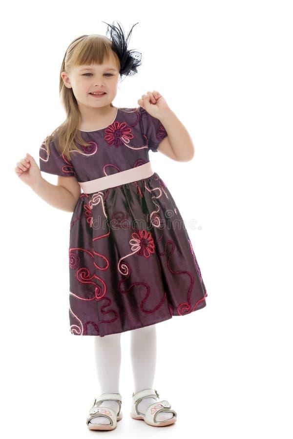 Una bambina allegra sta ballando immagine stock libera da diritti