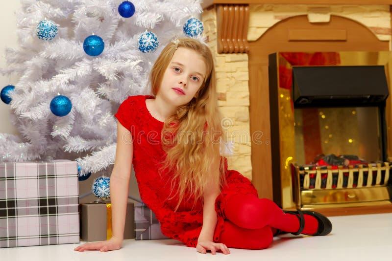 Una bambina a Capodanno vicino al caminetto fotografia stock libera da diritti