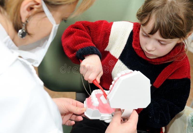Una bambina che impara pulire immagini stock