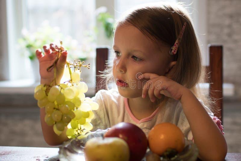 Una bambina con frutta immagini stock