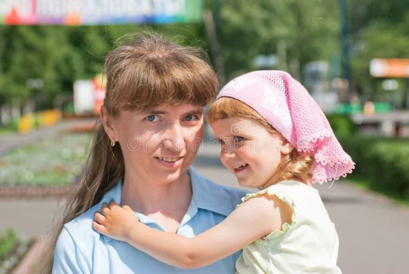Una bambina con la sua madre fotografia stock libera da diritti