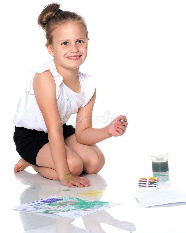 Una bambina estrae le pitture sul suo corpo immagini stock