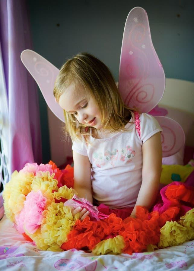 Una bambina graziosa sulla sua base in un costume leggiadramente immagine stock libera da diritti
