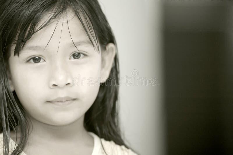 Una bambina in impressionabile immagine stock libera da diritti