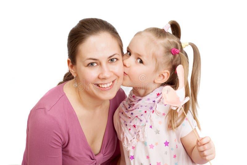 Una bambina sta baciando una mamma felice immagine stock libera da diritti