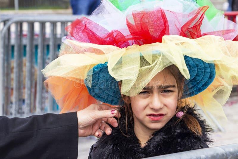 Una bambina vestita per il carnevale, a Xanthi, la Grecia di nordest fotografie stock