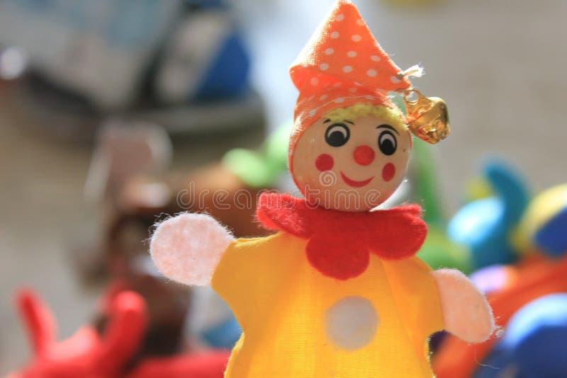 Una bambola sorridente sveglia del pagliaccio immagine stock