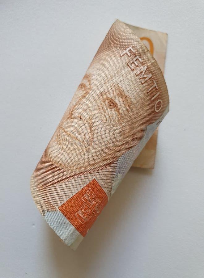 una banconota svedese di cinquanta corone svedesi e di fondo bianco fotografia stock