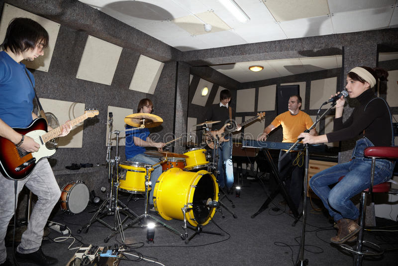 Una banda de rock. flashes en el centro foto de archivo libre de regalías