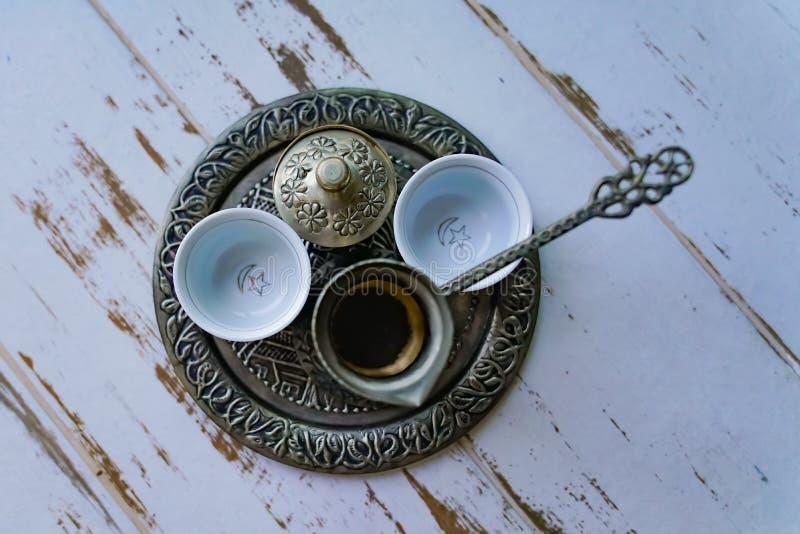 Una bandeja con dos tazas de café vacías tradicionales imagenes de archivo