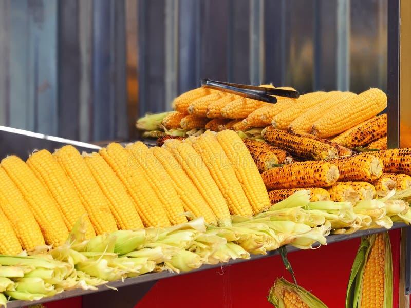 Una bandeja de maíz hervido y frito Comida turca de la calle fotografía de archivo